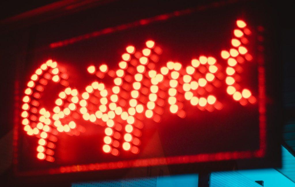 """LED-Schild """"geöffnet"""" – Mit Unternehmens-Website Kunden informieren"""